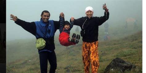 mendaki gunung mendidik karakter anak kompascom