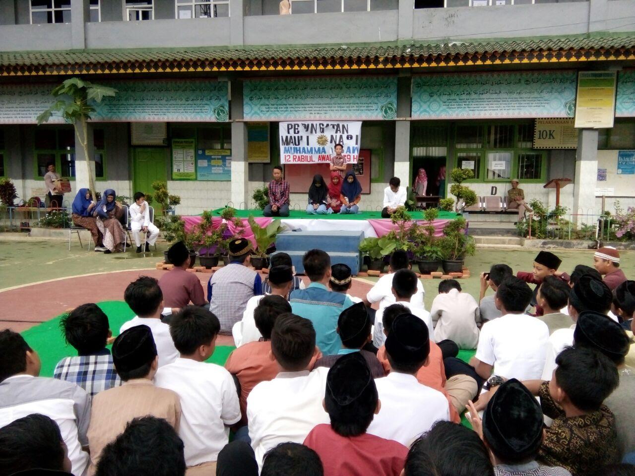 LAMPUNG POST   Siswa SMP Al Azhar 1 Bandar Lampung Peringati Maulid Nabi Muhammad
