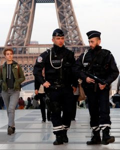Dos policías franceses patrullan en las inmediaciones de la Torre Eiffel. - REUTERS
