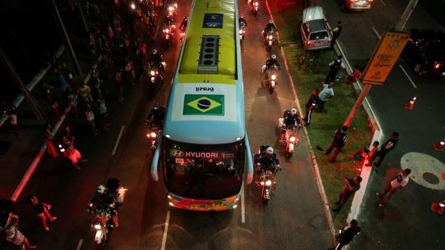 A chegada da seleção brasileira em Fortaleza para o jogo contra a Colômbia
