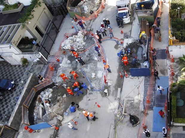 Operários do consórcio Linha 4 do metrô trabalham na Barão da Torre em frente ao edificio 137 em Ipanema, onde um buraco se abriu na frente do prédio (Foto: Antônio Scorza/Agência O Globo)