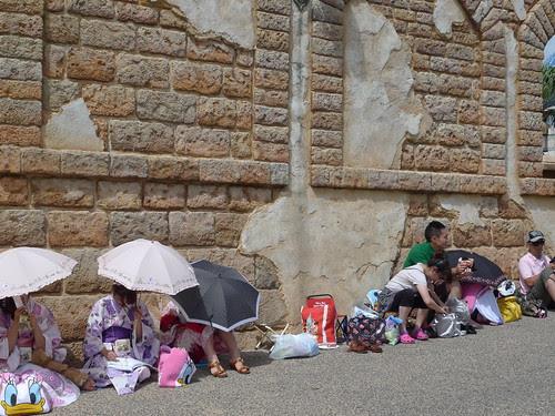 Chicks in Yukata resting in front of the Arabian buildings
