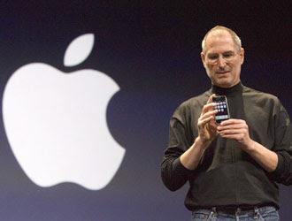 Steve Jobs e il noto simbolo dalla società da lui fondata