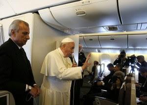 Guarda la versione ingrandita di Papa Francesco sull'aereo dalla Corea parla con i giornalisti. (Foto: Grzegorz Galazka/SIPA/REX )