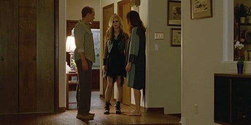 Audrey vestida de preto, com maquiagem no rosto.  Nesta cena, ela ficou presa por seu pai fazendo sexo com dois caras em um caminhão.