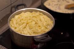 Seene-sibula pasta tegemine / The making of mushroom & onion pasta