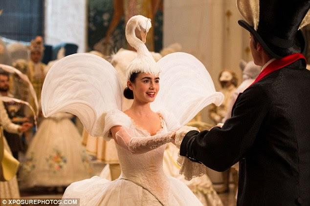 No patinho feio: Lily Collins usa um cocar cisne bizarro em uma cena da nova comédia de Neve Branco Espelho Espelho filme