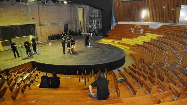 El escenario de la Casacuberta, ayer, y las butacas que están siendo montadas, mientras ensaya el Grupo de Titiriteros. (Diego Waldmann)