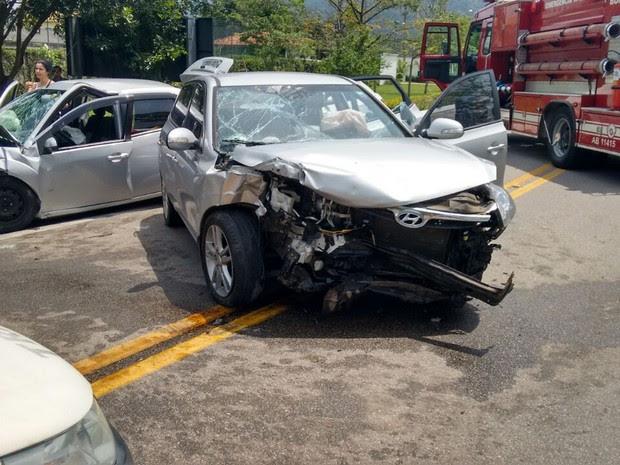Carros bateram de frente na rodovia Rio-Santos (Foto: Divulgação/Bombeiros)