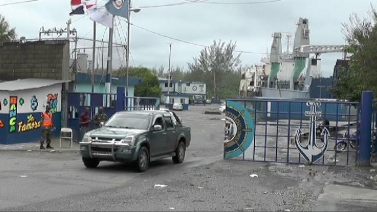 Ladrones amarran vigilantes y se llevan dos furgones llenos de TV de un puerto