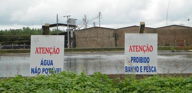 Placa de alerta de que a água não é potável está instalada em uma das piscinas-reservatório do projeto de irrigação Jaguaribe-Apodi, no interior do Estado do Ceará