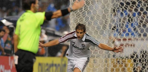 Rafael Moura, jogador do Fluminense, corre para comemorar gol da vitória sobre o Bota