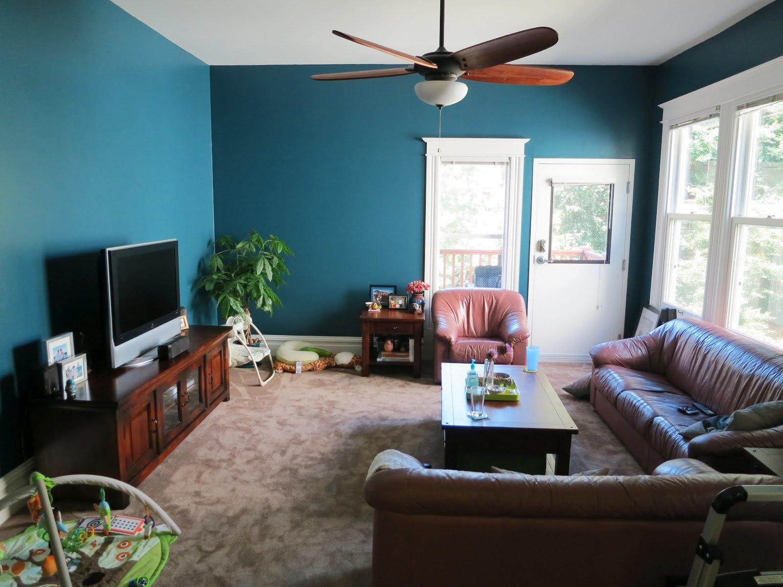 Turquoise Living Room Design - HomesFeed