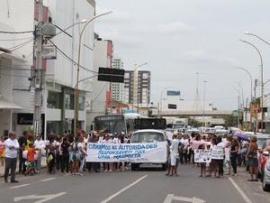 Manifesto seguiu para Avenida Guararapes em Petrolina, PE (Foto: Juliane Peixinho / G1)