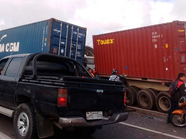 Carro foi esmagado por caminhões  (Foto: Daniele Rodrigues/Arquivo pessoal)