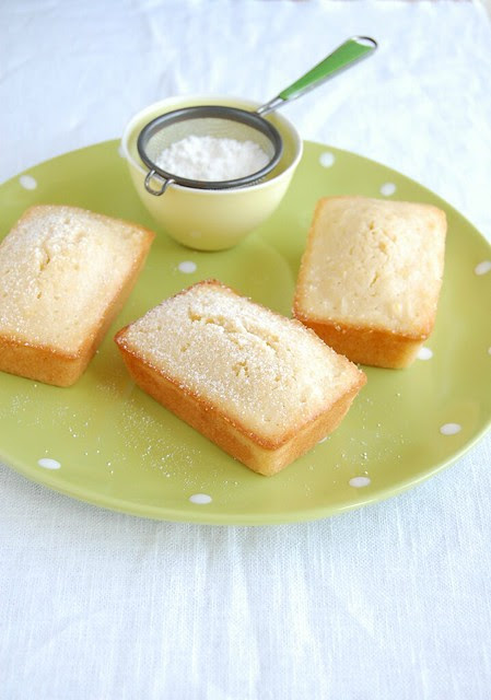Little lemon syrup soaked coconut cakes / Bolinhos de limão siciliano e coco