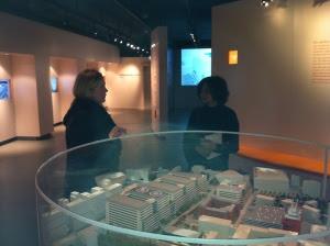 Charlotte Ruben och Sanchita Sharma tittar på modellen över Nya Karolinska Solna