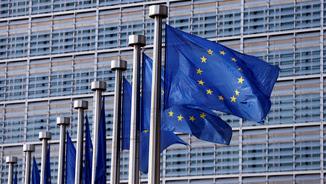 Les banderes del davant de l'edifici de la Unió Europea, a Brussel·les (Reuters)