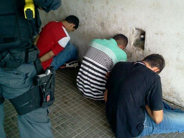 Homens foram presos tentando fugir pelo telhado da casa (Foto: Larisse Souza/Inter TV Cabugi)