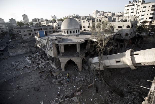 Mesquita foi destruída por bombardeio em Gaza nesta quarta-feira (30) (Foto: Mahmud Hams/AFP)