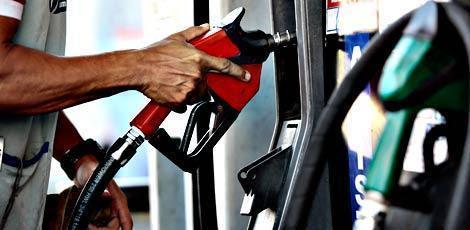 Resultado de imagem para Petrobras reduz novamente preços da gasolina e do diesel.