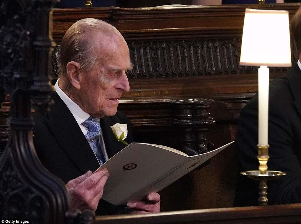 Philip lee el orden del servicio en la Capilla de San Jorge mientras asiste a la boda, solo seis semanas después de su cadera