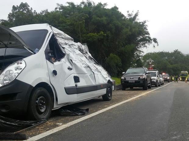 Acidente na BR-277 envolveu três veículos (Foto: Thiago Rodrigues/RPC)