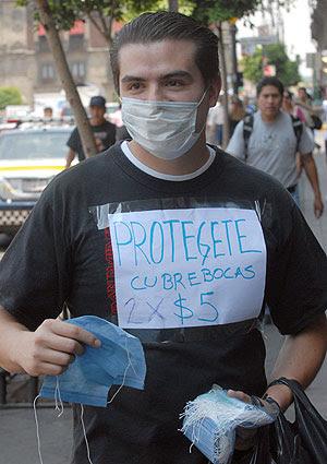 Un vendedor ambulante de mascarillas protectoras, en las calles de México D.F.