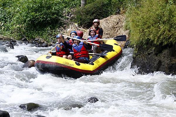 Rafting di Sungai Cipunagara Subang (Foto : @bejepe78)