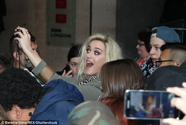Aqui nós vamos: A estrela obrigando indulged muitos com selfies do divertimento