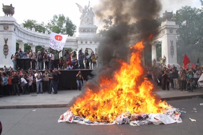 Quema de propaganda electoral en la marcha de ayer, a ocho meses de la desaparición de los normalistas de Ayotzinapa.