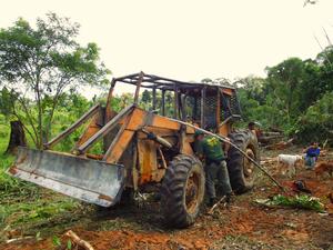 Tratores são apreendidos durante operação contra desmatamento ilegal em RO (Foto: Paulo Diniz/Divulgação)