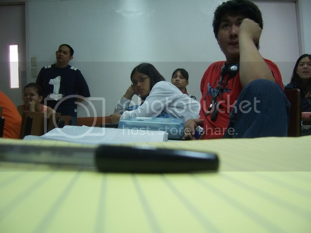 I intended this photo to be a really candid one, but it seems I got too obvious. I'd be lying if I still said this is candid. Look closely at Sars and Sir Marasigan. Image hosted by Photobucket