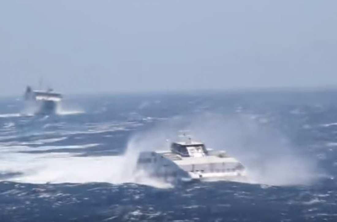 """Βίντεο που κόβει την ανάσα! Κύματα """"καταπίνουν"""" καράβια στη Φολέγανδρο"""