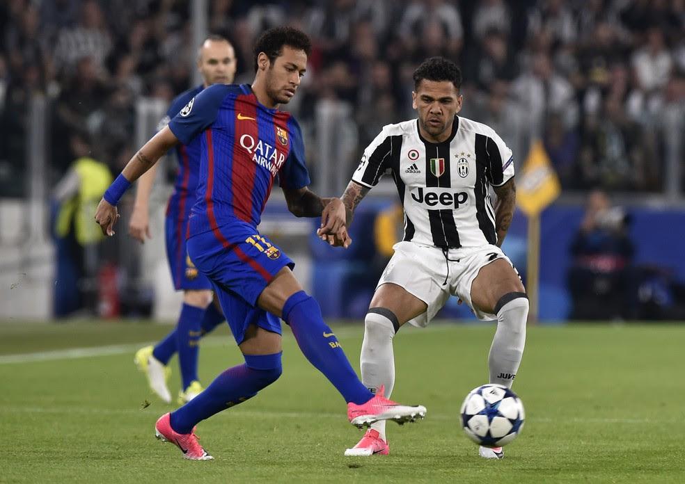 Daniel Alves vigia Neymar de perto (Foto: Reuters)