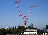 Uma das antena de Sines e o edifício de administração da estação