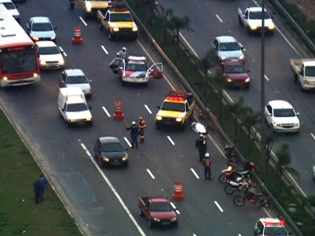 Motos colidiram na pista local da Marginal Tietê, na altura da Ponte do Piqueri, sentido Rodovia Castello Branco (Foto: Reprodução/ TV Globo)