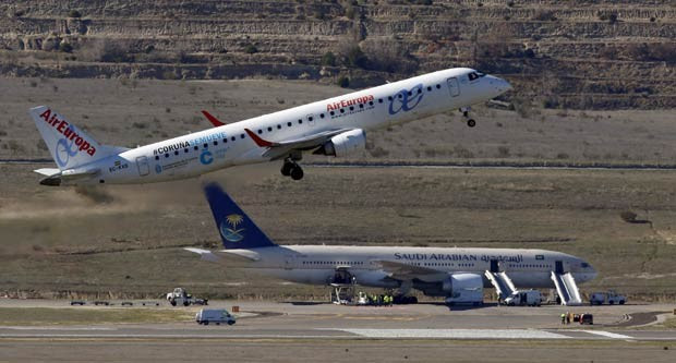 Uma ameaça de bomba em um voo que iria de Madri para Riad, na Arábia Saudita, obriga passageiros a deixarem o avião na pista do aeroporto de Barajas, na Espanha. A mídia local afirma que 97 passageiros e 15 tripulantes estavam no avião (Foto: Sergio Perez/Reuters)
