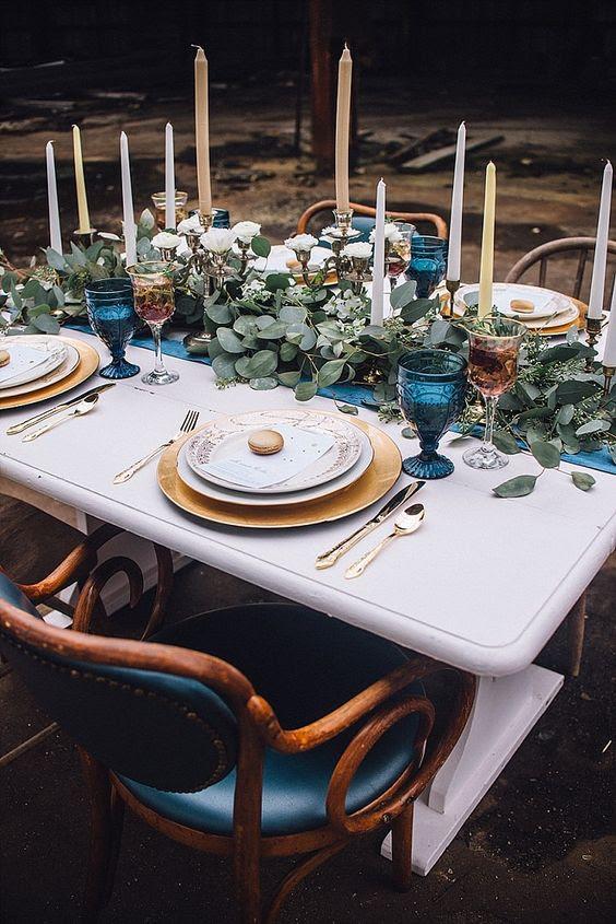 Hochzeit Tischdekoration mit einer indigo Tischläufer und-Brille, einen grünen Tischläufer