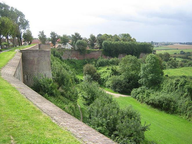 File:Rempart de la ville de Montreuil-sur-Mer.JPG