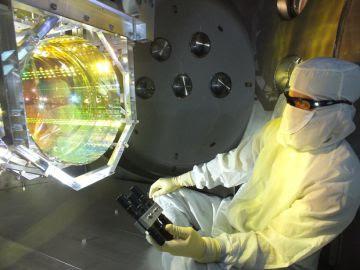 Un trabajador comprueba el funcionamiento del instrumento LIGO.