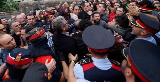 Agentes de los Mossos ante el colegio electoral en que está empadronado el vicepresidente catalán, Oriol Junqueras, durante el 1-O. EFE
