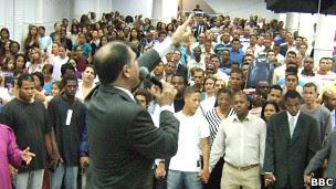 Culto evangélico | Foto: Júlia Dias Carneiro/BBC Brasil