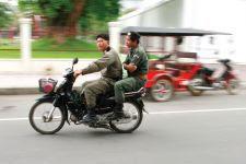 Two officers drive near Wat Phnom
