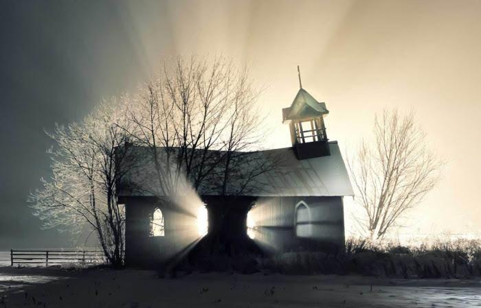 Старая заснеженная церковь.