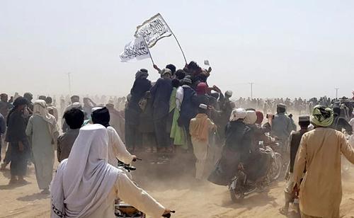 """La Embajada de los Estados Unidos alerta a todos los estadounidenses que salgan de Afganistán """"inmediatamente"""" a medida que caen más capitales provinciales"""