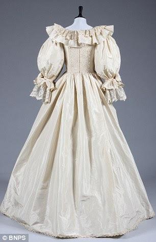 Um vestido de casamento réplica exata e chinelos feitos para a princesa Diana em nada caso deu errado com os itens originais foram vendidos por £ 84.000