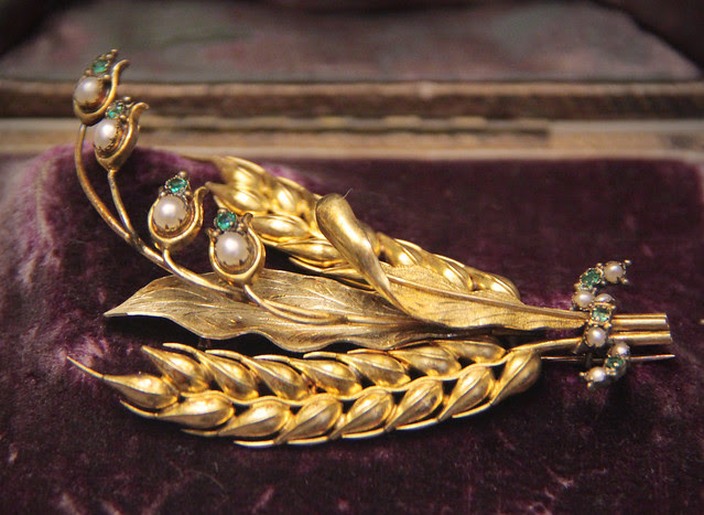 Gold brooch with wheat-ears and lily-of-the-valley in emeralds and pearls, about 1850