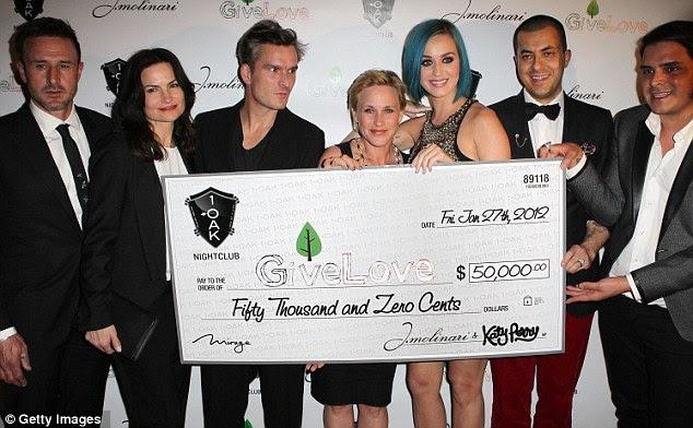 Tudo para dar: The One That Got Away cantora posou com Patricia Arquette e David no evento de caridade