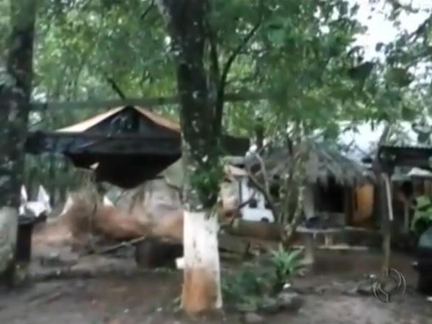 Água invadiu as casas em poucos segundos (Foto: Reprodução/RPC TV)